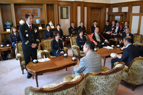 知事表敬訪問で出場報告をする基山町鶴岡消防団長500px