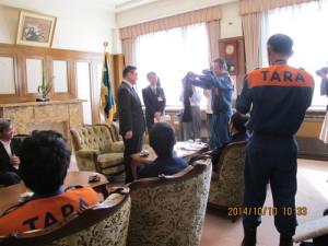 知事に大会出場の記念品を渡す秀島消防団長