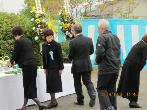 遺族の並列献花
