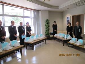 遺族控室での佐賀県消防協会役員の挨拶に返礼される遺族の皆様